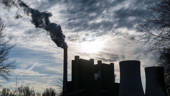 Studiu: Rata mortalității din cauza COVID-19 crește în zone cu o poluare ridicată a aerului