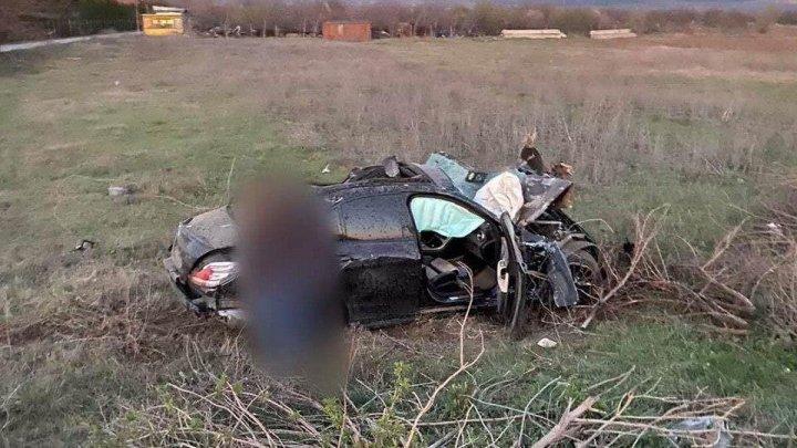 Accident în apropiere de Cojușna. O mașină a derapat și s-a tamponat într-un panou publicitar (FOTO)