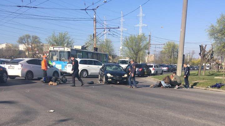 ACCDENT GRAV în Capitală. Un motociclist, LOVIT VIOLENT de o mașină. Ambulanța la fața locului (FOTO)