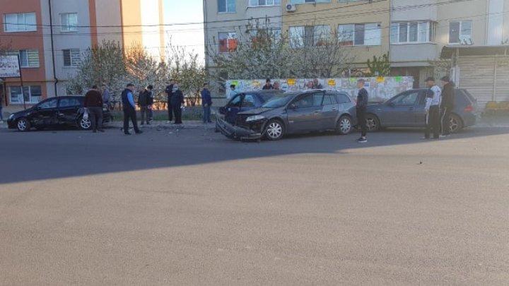 ACCIDENT la Durlești. Două mașini parcate, lovite violent de un automobil