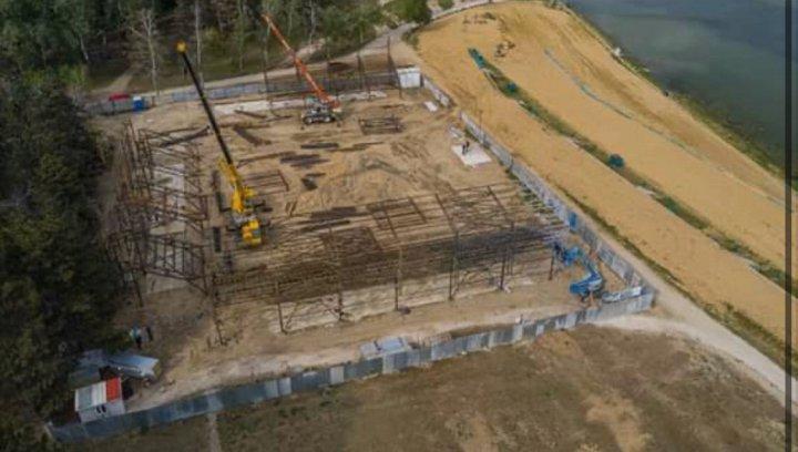 """Au început lucrările de construcție a stadionului de fotbal din parcul """"La Izvor"""" (FOTO)"""