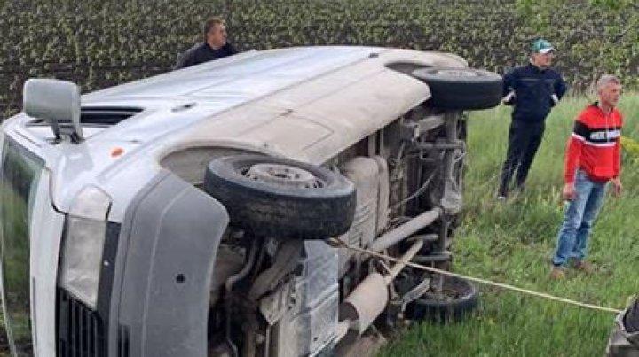 ACCIDENT GRAV în raionul Cimișlia. Un microbuz S-A RĂSTURNAT într-un șanț (FOTO)
