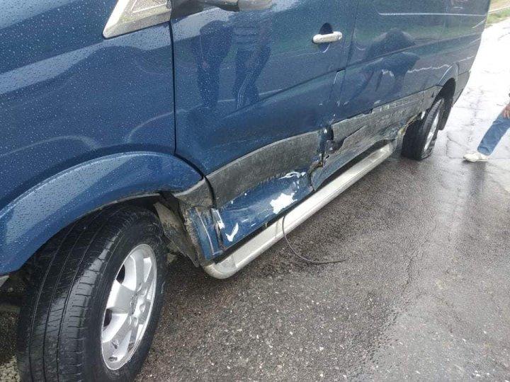 Accident pe șoseaua Chișinău-Leova. Două mașini s-au lovit violent (FOTO)