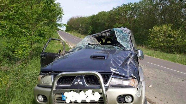 ACCIDENT GRAV în raionul Hîncești. O șoferiță a pierdut controlul volanului și s-a răsturnat cu mașina pe șosea (FOTO)