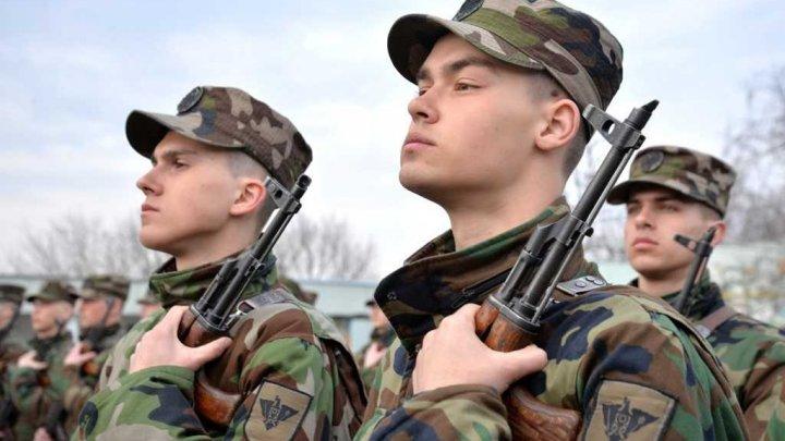 Soldații, încorporați în Armata Națională în primăvara anului trecut, pleacă acasă