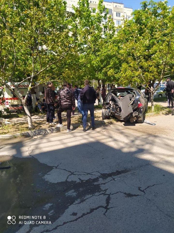 ACCIDENT GRAV la Comrat, provocat de un șofer care a trecut pe roșu la semafor. Ambulanța, la fața locului (FOTO)