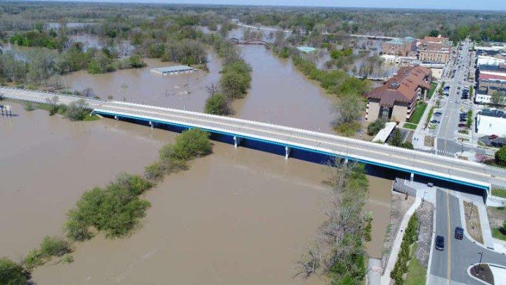 Inundații în SUA. Mii de persoane evacuate după fisurarea a două baraje în statul Michigan