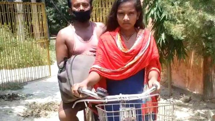 O fată de 15 ani și-a dus tatăl acasă pe bicicletă. A pedalat prin jumătate din India