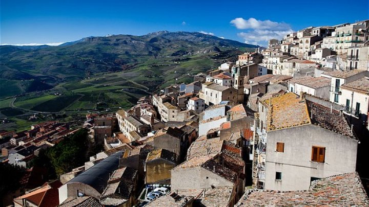 Și-a cumpărat casă cu 1 euro în Italia, apoi a venit COVID-19. Povestea unui american blocat timp de 3 luni, singur, în Sicilia