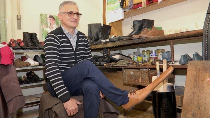 Un meșter din Cluj-Napoca a confecționat pantofi speciali pentru cei care nu mențin distanța socială