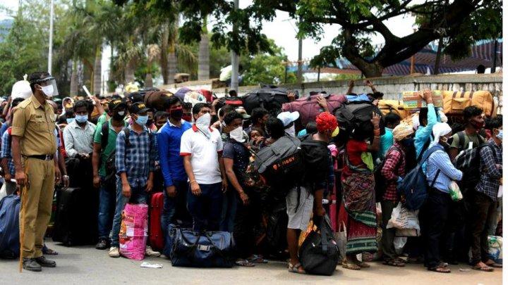 Haos în gările din India. Peste 3.600.000 de muncitori rămași șomeri se întorc acasă