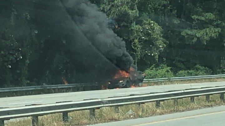 CRUZIME FĂRĂ MARGINI! O femeie și-a incendiat mașina în care se afla copilul ei de un an, apoi a privit cum arde (FOTO)