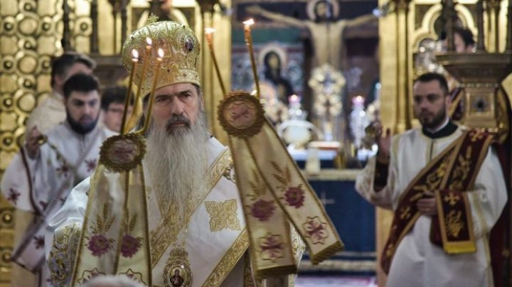 """Slujbă pe timp de pandemie. Arhiepiscopul Tomisului din România a împărţit Lumină credincioşilor: """"Nu am putut să-i amân. Se vor vindeca"""""""