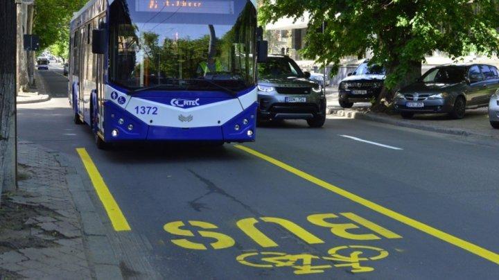 Pe o stradă din centrul Capitalei a fost aplicat marcajul pentru transportul public