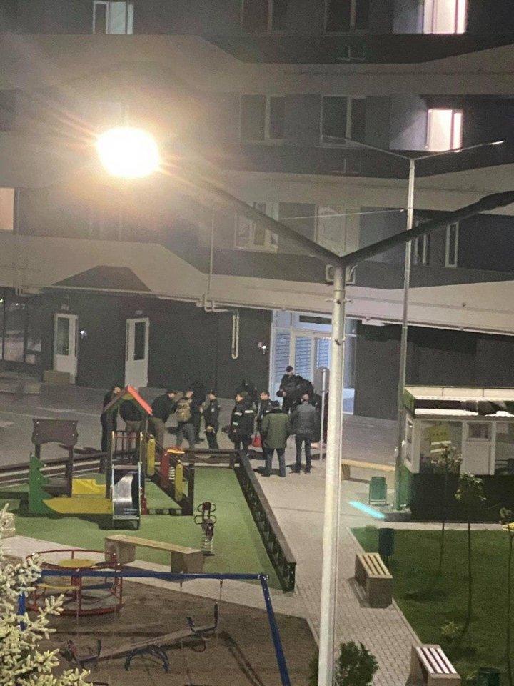 Focuri de armă în Capitală. Doi bărbați beți au ieșit la balcon și au împușcat în aer (VIDEO)