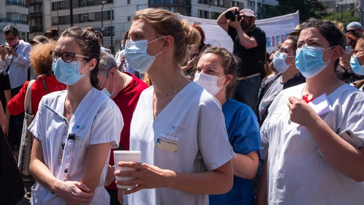 Au ajuns la limita răbdării. Angajații unui spital din Paris au protestat împotriva salariilor mici