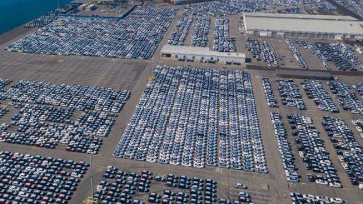 Zeci de mii de SUV-uri au, lăsate în voia sorții într-un port, fiindcă nu mai are cine să le cumpere (IMAGINI NEMAIVĂZUTE)