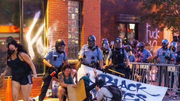 Proteste violente în Minneapolis, după moartea unui bărbat de culoare în cursul arestării sale