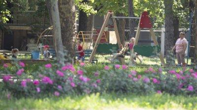 Accesul la terenurile de joacă din Capitală, în continuare restricţionat. În pofida restricțiilor, terenurile sunt pline de copii