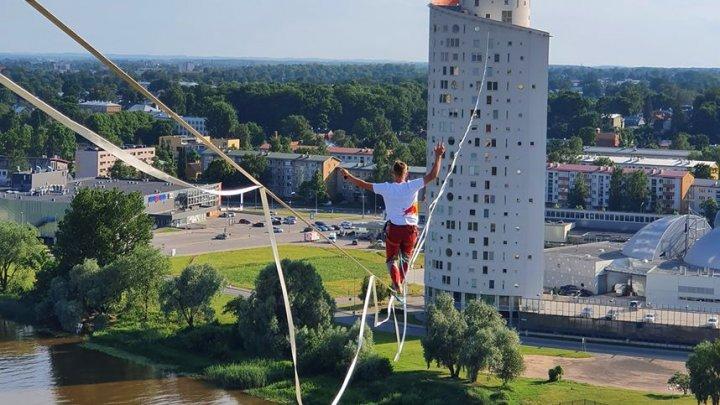 Echilibristică la înălţime. Un acrobat a parcurs jumătate de kilometru de pe un acoperiş pe altul (VIDEO)