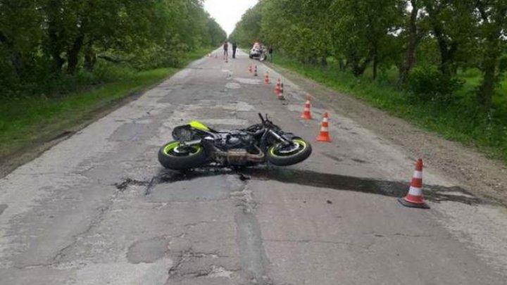 ACCIDENT fatal în raionul Briceni. Un adolescent şi-a pierdut viaţa, după ce s-a lovit cu motocicleta într-un copac