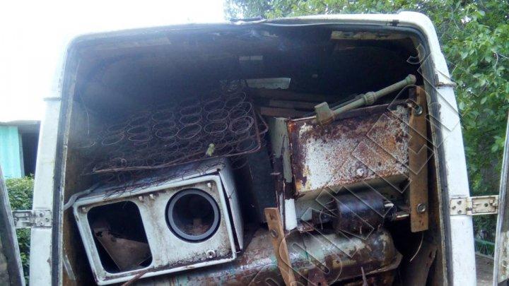 Peste două tone de metal uzat fără acte de provenienţă au fost depistate într-un microbuz. Ce riscă şoferul
