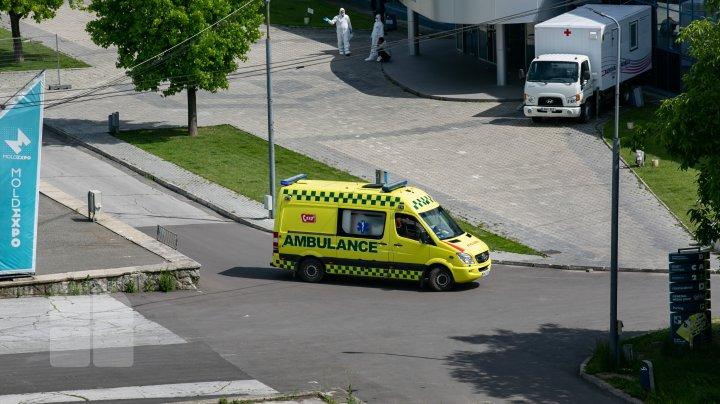 ALARMANT! Numărul ambulanţe care ajung la Centrul de triere de la Moldexpo, în creştere (FOTOREPORT)