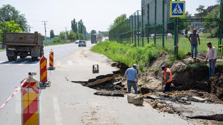 Ploaia torenţială de duminică a distrus o porţiune în reparaţii de pe şoseaua Chişinău-Ungheni (FOTOREPORT)