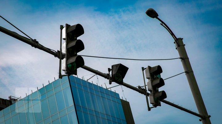 IMPORTANT pentru ŞOFERI! S-au modificat regulile de traversare a unei intersecţii din Capitală