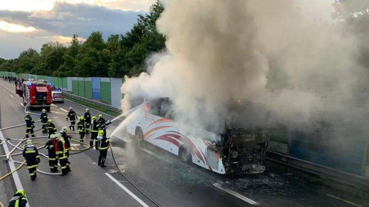 MOMENTE DRAMATICE. Un autocar cu cetăţeni români, cuprins de flăcări pe o autostradă din Austria (IMAGINI DE GROAZĂ)