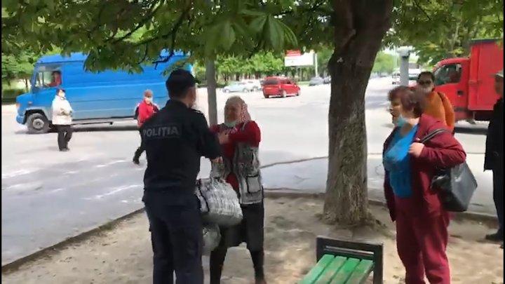 IMAGINI SCANDALOASE! Un poliţist a AGRESAT o bătrână care vindea produse la colţ de stradă. Reacţia IGP (VIDEO)