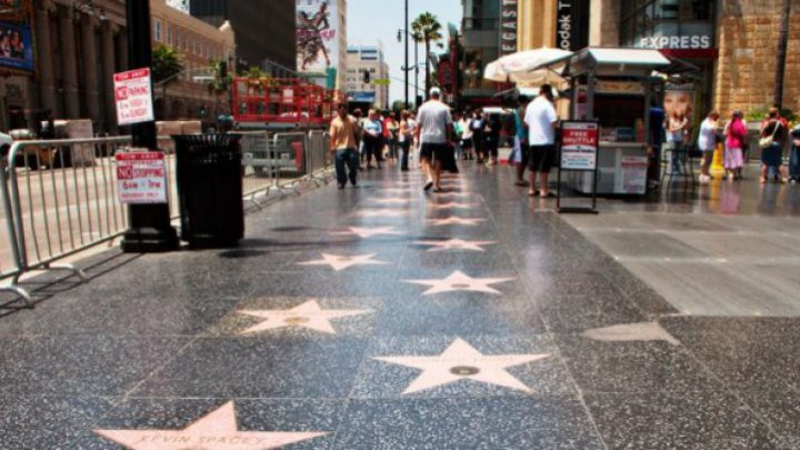 Kelly Clarkson, Shia Labeouf şi Luciano Pavarottiî se numără printre celebrităţile care vor primi câte o stea pe Walk of Fame din Hollywood