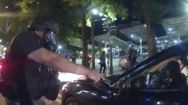 MOMENTUL în care doi studenți pașnici sunt scoși cu forța din mașină și electrocutați de polițiști (IMAGINI ŞOCANTE)