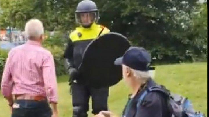 Protest împotriva restricţiilor legate de coronavirus în Olanda. Zeci de oameni, arestaţi