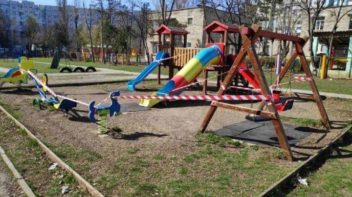 Accesul copiilor la terenurile de joacă din curțile de blocuri și din spațiile publice ar putea fi restricționat