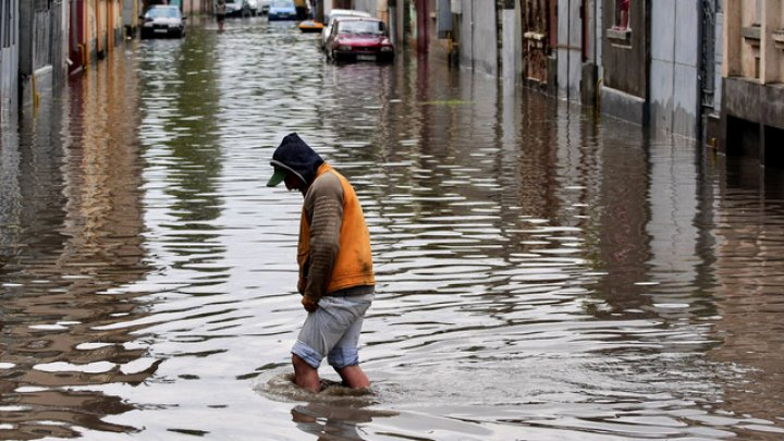 Inundaţii declanşate de ploi torenţiale în India: Aproape 100 de morţi şi pagube extinse