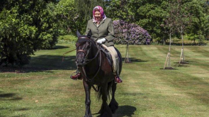 Prima apariție în public a reginei Elisabeta a II-a, după izolare. A apărut călare pe un ponei, la 94 de ani