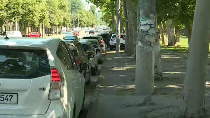 Zona parcului Dendrariu, plină de maşini parcate ilegal. Ce sancţiuni riscă şoferii care îşi parchează automobilele în locuri interzise