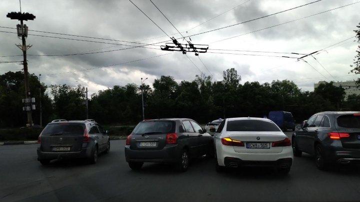 Accidente matinale în Capitală. Patru maşini au fost avariate (FOTO)