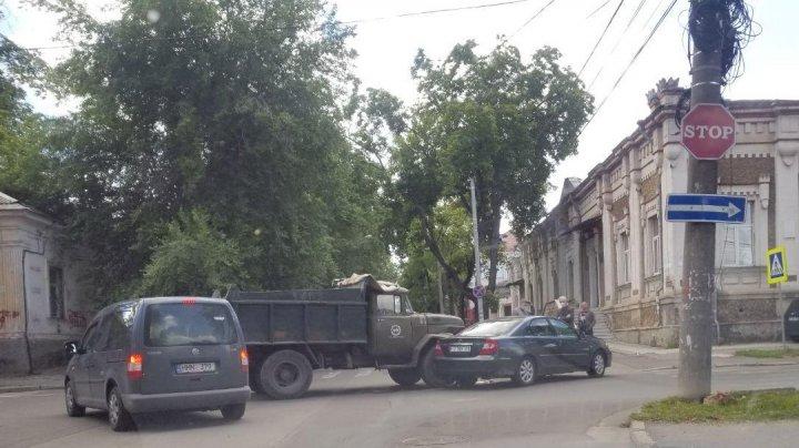 Accident în centrul Capitalei. O maşină s-a tamponat cu un camion (FOTO)