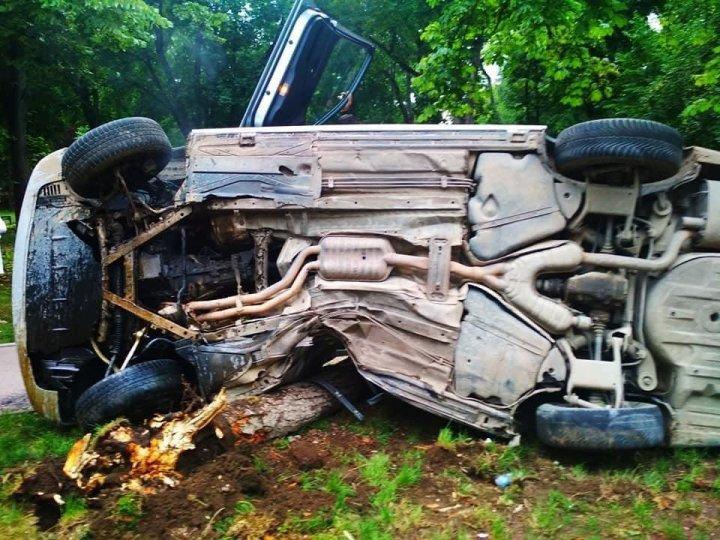 Accident violent în sectorul Botanica al Capitalei. O maşină s-a răsturnat (FOTO)