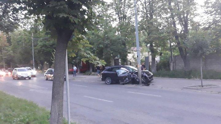 Încă un Porsche, făcut ţăndări pe o stradă din Capitală. Trei maşini, printre care cea accidentată, participau la o cursă ilegală