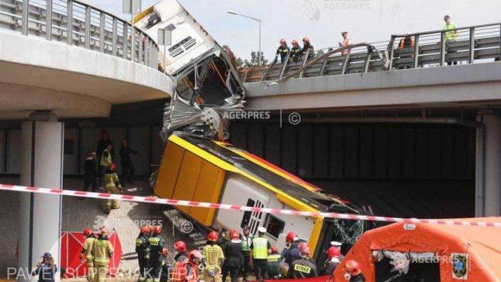 Accident grav în Varşovia: Un mort şi 20 de răniţi după ce un autobuz a căzut de pe un pod