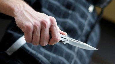 Un bărbat şi-a înjunghiat amicul în plină stradă. Ce riscă agresorul