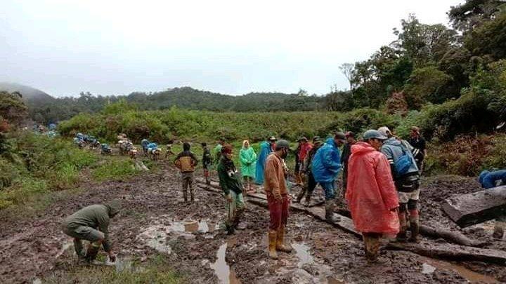 Bilanţul victimelor provocate de viiturile din Indonezia a crescut la 29