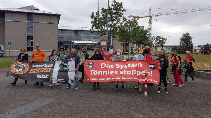 Proteste la abatorul german, acolo unde aproape 1.000 de români s-au infectat cu coronavirus. Activiștii au blocat intrarea în companie