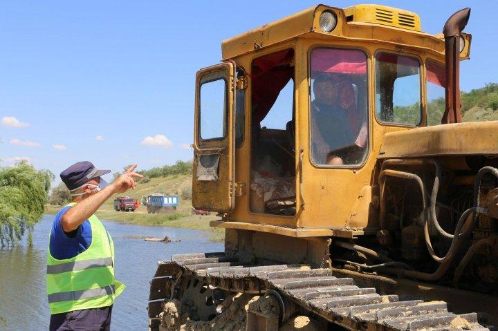 Salvatorii continuă fortificarea digurilor de protecţie în sudul țării (FOTO/VIDEO)