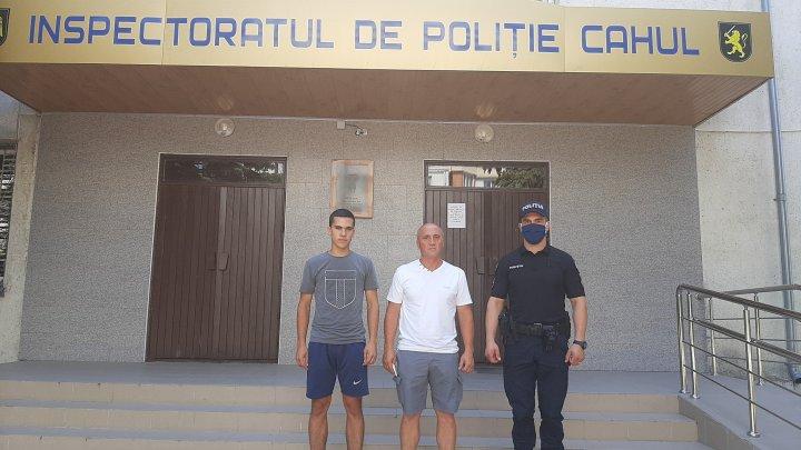 (FOTO) Gest demn de respect la Cahul! Un tată şi fiu său au dus la poliţie o sumă de bani găsită la un bancomat