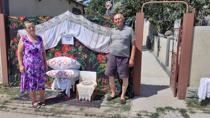 """Şi-au întins zestrea pe garduri! Modul inedit în care s-a desfăşurat în acest an Festivalul """"La Hușcă"""" din Coșcalia (FOTO)"""
