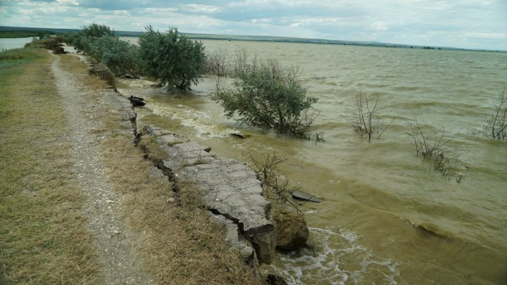 Risc de inundaţii la Cahul. Un dig de protecţie ar putea să se surpe (FOTO)
